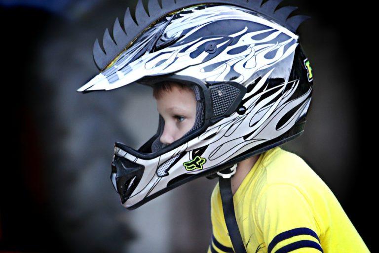 ¿A qué edad puede montar un niño en moto como pasajero?