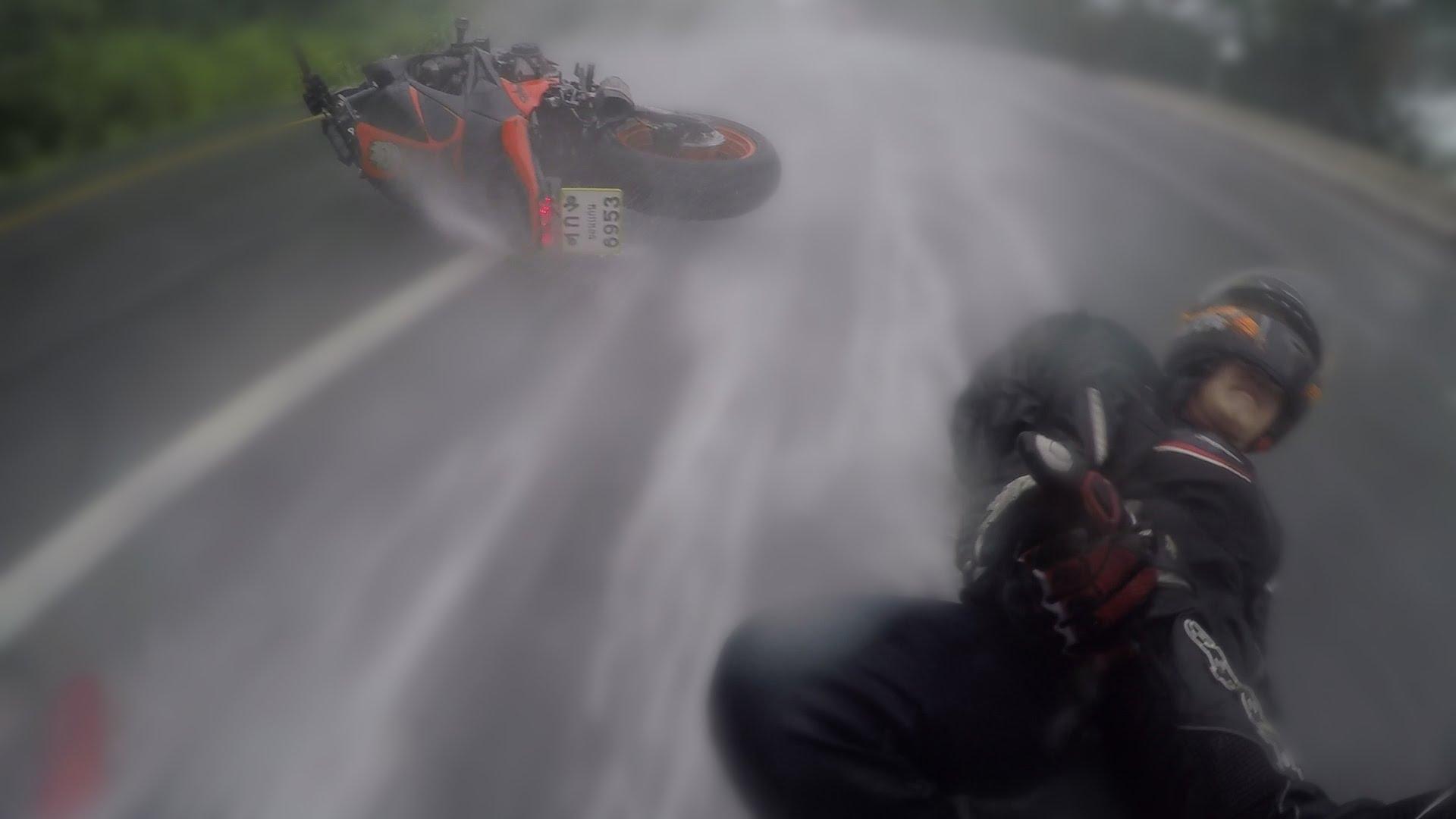 VIDEO: Le salva la vida a su novia en un accidente de moto