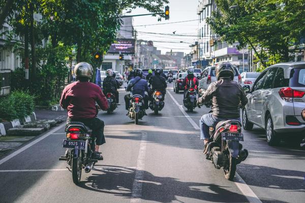 Carril-moto en las grandes ciudades con atascos