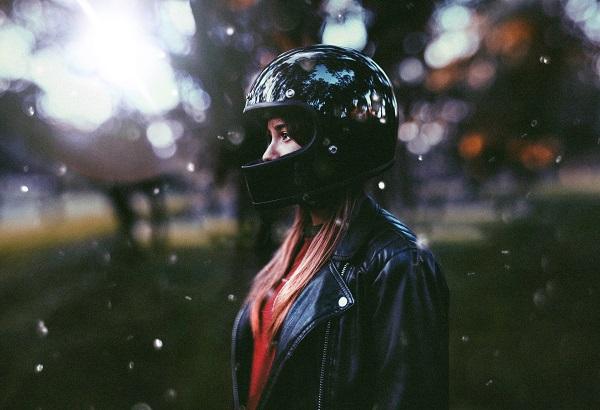 Chica motera con nieve