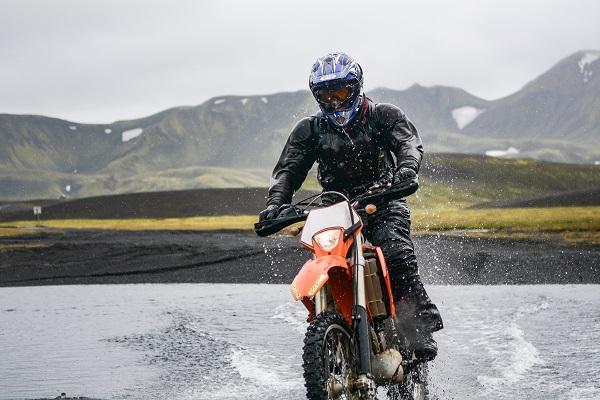 La ropa de lluvia aisla el frío en moto