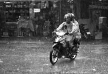 Consejos para conducir una moto lloviendo