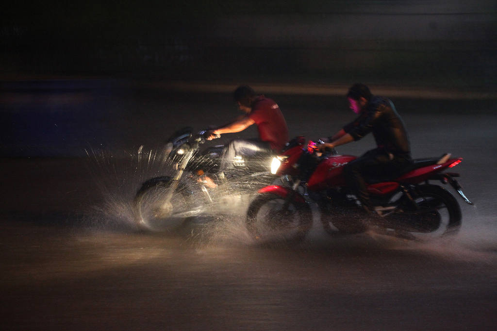 Conduciendo motos con el suelo mojado