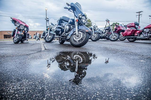 Una moto enfrente de un charco