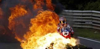 Noriyuki Haga intentando sortear una moto en llamas