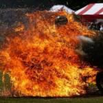 Un stunt pasando por una bala ardiendo con su moto