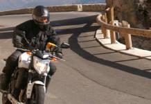 Conducir moto con viento racheado