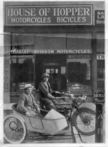 Avis y Effie Hotchkiss en su Harley-Davidson