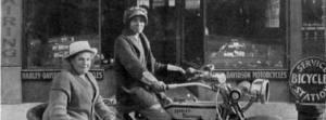 Effie Hotchkiss y su madre Avis en moto