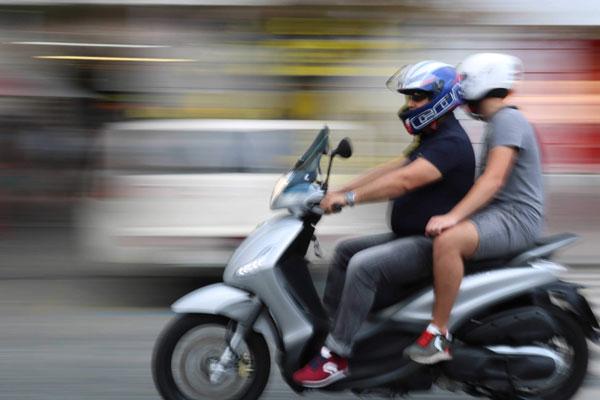 En scooter en camiseta