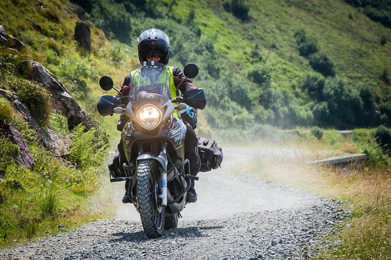 Viajero en una moto trail