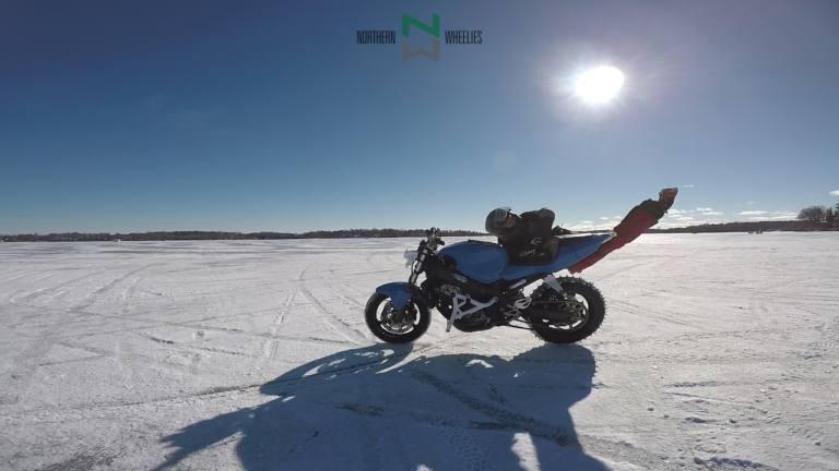 VIDEO | Epic FAIL de un stunt sobre su moto en hielo